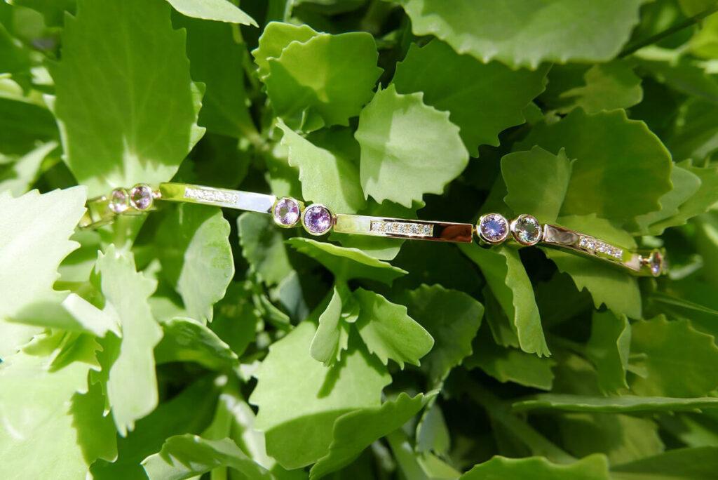 Zehn verschiedenfarbige Saphire sorgen für eine aufgelockerte Linienführung