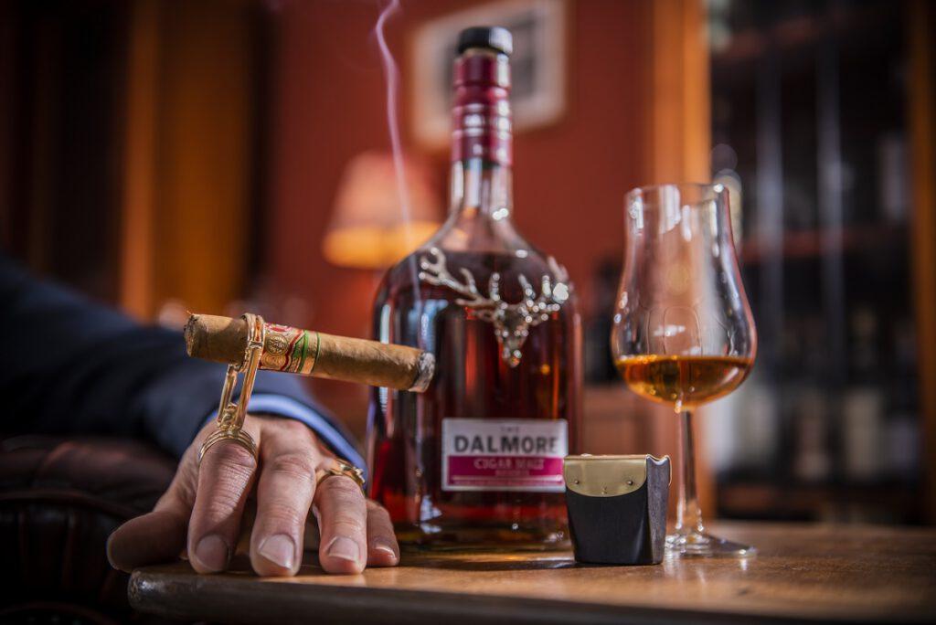 Mehr geht nicht: Eine edle Zigarre, unser Zigarrenring und eine Flasche Dalmore Cigar Malt Whisky.